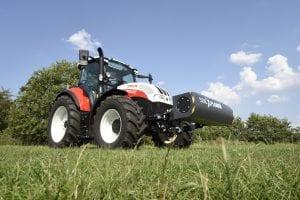 Steyr Traktor mit AgXtend SoilXplorer Bodensensor im Grünland.