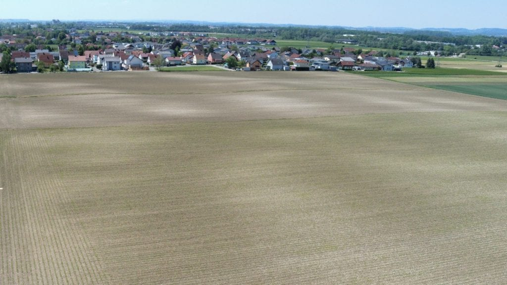 Drohnenaufnahme eines Feldes mit unterschiedlichen Bodenverhältnissen.