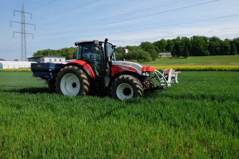 STEYR Traktor ausgestattet mit Sensorentechnik ISARIA